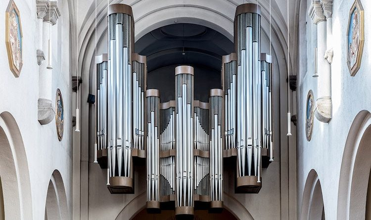 How does a pipe organ work?
